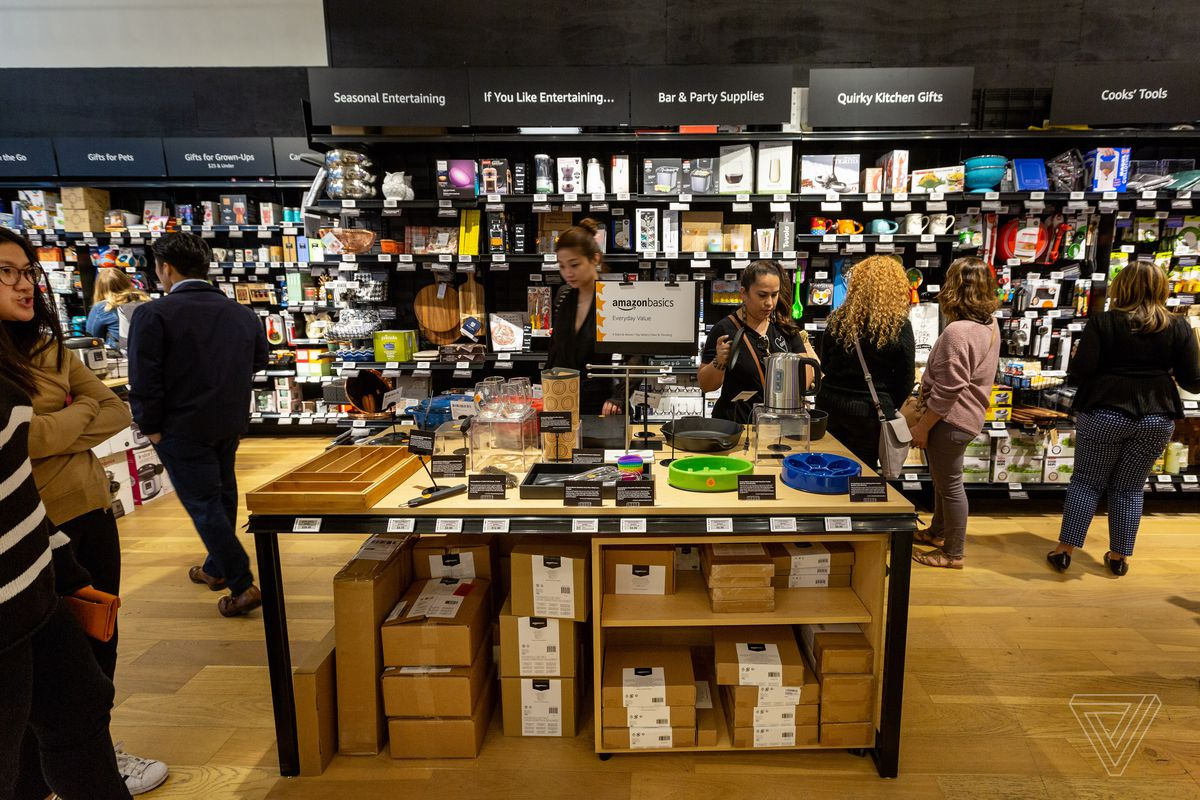 It was the opening day of the Amazon 4 star Brick and Mortar Store in Soho, New York. A cashless company offers various items of 4 stars or more.